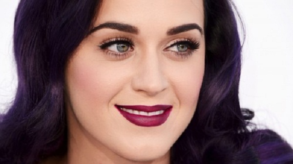 katy perry com make tendencia batom escuro